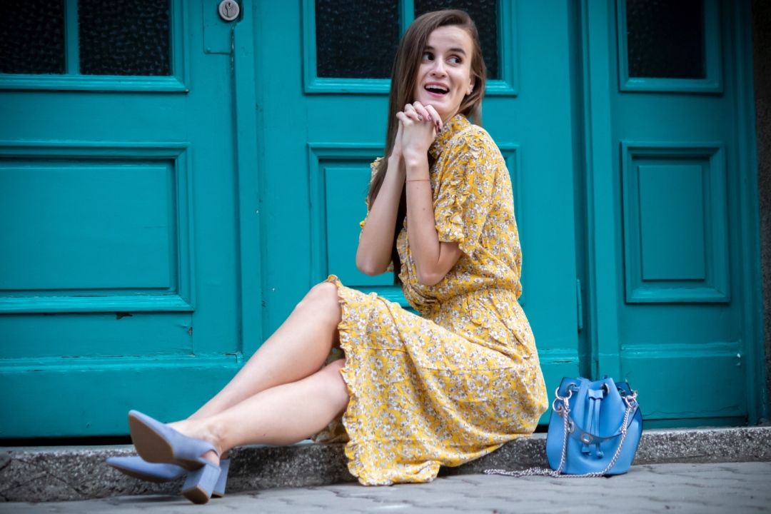 Blue slingback pumps with middle heel and blue bucket bag
